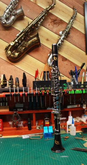 Rheuben Allen ABS Plateau B-flat Clarinet on bench